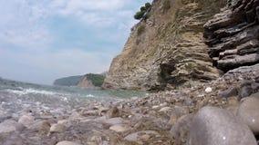Δύσκολη ακτή, σιωπηλή ήττα κυμάτων στην ακτή, οι βράχοι απόθεμα βίντεο