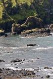 Δύσκολη ακτή στο υπερυψωμένο μονοπάτι γιγάντων και τους απότομους βράχους, Βόρεια Ιρλανδία Στοκ εικόνα με δικαίωμα ελεύθερης χρήσης