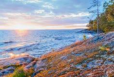 Δύσκολη ακτή της λίμνης στο ηλιοβασίλεμα Στοκ Φωτογραφίες