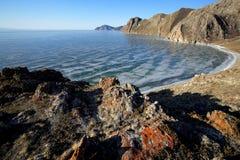 Δύσκολη ακτή της λίμνης Baikal το χειμώνα Στοκ Φωτογραφία