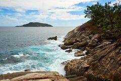 Δύσκολη ακτή του νησιού Στοκ φωτογραφίες με δικαίωμα ελεύθερης χρήσης