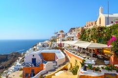 Δύσκολη αρχιτεκτονική παραδοσιακού Santorini, με την όμορφη άποψη σχετικά με caldera και τη μικρή ταβέρνα Στοκ φωτογραφία με δικαίωμα ελεύθερης χρήσης