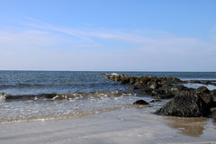 Δύσκολη επάνθιση σε μια παράκτια παραλία Στοκ φωτογραφία με δικαίωμα ελεύθερης χρήσης
