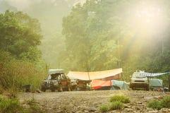 Δύσκολη θέση για κατασκήνωση ποταμών αποστολής τροπικών δασών 4x4 Στοκ φωτογραφίες με δικαίωμα ελεύθερης χρήσης