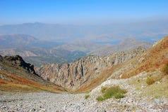 Δύσκολη κλίση με τα βουνά στο Ουζμπεκιστάν στοκ φωτογραφία