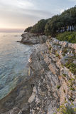 Δύσκολη παραλία ηλιοβασιλέματος σε Istria, Κροατία Αδριατική θάλασσα, χερσόνησος Lanterna Στοκ Εικόνες