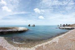 Δύσκολη παραλία και τρομερό μπλε θαλάσσιο νερό - ομορφιά της φύσης στοκ φωτογραφία με δικαίωμα ελεύθερης χρήσης