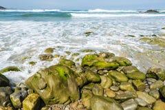 Δύσκολη παραλία κοντά στους απότομους βράχους στην Ισπανία στοκ φωτογραφίες