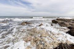 Δύσκολη παραλία με τα κύματα σε Santa Pola Στοκ φωτογραφία με δικαίωμα ελεύθερης χρήσης