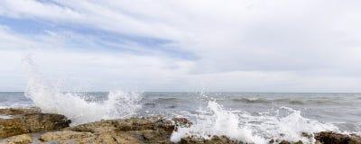 Δύσκολη παραλία με τα κύματα σε Santa Pola Στοκ εικόνα με δικαίωμα ελεύθερης χρήσης