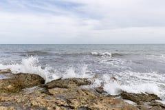 Δύσκολη παραλία με τα κύματα σε Santa Pola Στοκ Φωτογραφία