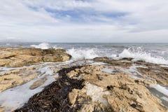 Δύσκολη παραλία με τα κύματα σε Santa Pola Στοκ Φωτογραφίες