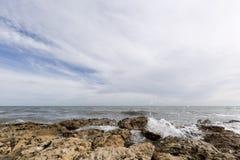 Δύσκολη παραλία με τα κύματα σε Santa Pola Στοκ φωτογραφίες με δικαίωμα ελεύθερης χρήσης