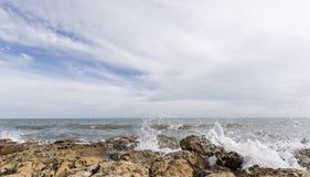 Δύσκολη παραλία με τα κύματα σε Santa Pola Στοκ Εικόνες