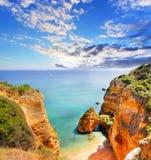 Δύσκολη παραλία στο ηλιοβασίλεμα, Λάγκος, Πορτογαλία Αντίθετο φως Στοκ Εικόνα