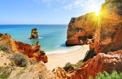 Δύσκολη παραλία στο ηλιοβασίλεμα, Λάγκος, Πορτογαλία Αντίθετο φως Στοκ εικόνα με δικαίωμα ελεύθερης χρήσης