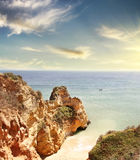 Δύσκολη παραλία στο ηλιοβασίλεμα, Λάγκος, Πορτογαλία Αντίθετο φως Στοκ εικόνες με δικαίωμα ελεύθερης χρήσης