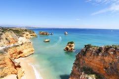 Δύσκολη παραλία στο ηλιοβασίλεμα, Λάγκος, Πορτογαλία Αντίθετο φως Στοκ φωτογραφία με δικαίωμα ελεύθερης χρήσης
