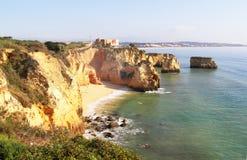 Δύσκολη παραλία στο ηλιοβασίλεμα, Λάγκος, Πορτογαλία Αντίθετο φως Στοκ Φωτογραφίες