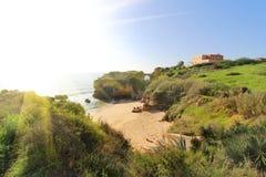 Δύσκολη παραλία στο ηλιοβασίλεμα, Λάγκος, Πορτογαλία Αντίθετο φως Στοκ Εικόνες