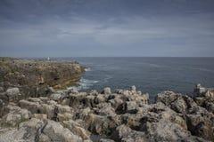 Δύσκολη παραλία του στόματος της κόλασης, cascais Πορτογαλία Στοκ φωτογραφία με δικαίωμα ελεύθερης χρήσης