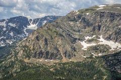 Δύσκολη πλευρά βουνών με το χιόνι Στοκ εικόνες με δικαίωμα ελεύθερης χρήσης
