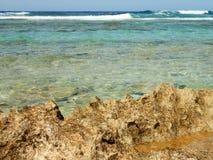 Δύσκολοι ακτή, σκόπελος και κύματα Στοκ εικόνες με δικαίωμα ελεύθερης χρήσης