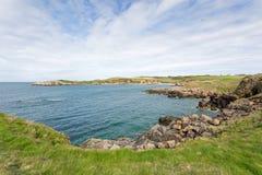 Δύσκολοι κόλποι κοντά στον κόλπο Cemaes σε Anglesey Στοκ Φωτογραφία