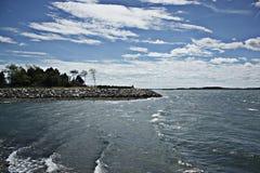Δύσκολοι μπλε ουρανοί σημείου, άσπρα σύννεφα και κύματα Στοκ Φωτογραφίες