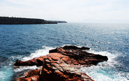Δύσκολος απότομος βράχος θάλασσας, μια ηλιόλουστη ημέρα στοκ φωτογραφία με δικαίωμα ελεύθερης χρήσης