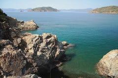Δύσκολος κόλπος ακτών και θάλασσας με το νησί Yaniklar, Mugla, Τουρκία Στοκ εικόνα με δικαίωμα ελεύθερης χρήσης