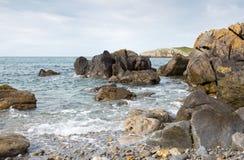 Δύσκολος κόλπος κοντά στον κόλπο Cemaes σε Anglesey Στοκ φωτογραφίες με δικαίωμα ελεύθερης χρήσης