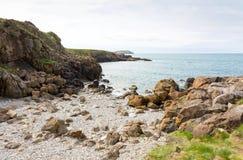 Δύσκολος κόλπος κοντά στον κόλπο Cemaes σε Anglesey Στοκ Εικόνες