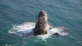 Δύσκολος παράκτιος απότομος βράχος απόθεμα βίντεο