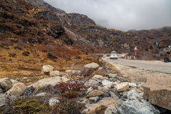 Δύσκολος δρόμος βουνών στο βόρειο Sikkim σε ένα ομιχλώδες χειμερινό πρωί Στοκ εικόνα με δικαίωμα ελεύθερης χρήσης