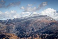 Δύσκολος δρόμος κορυφογραμμών ιχνών βουνών Στοκ Φωτογραφίες