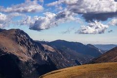 Δύσκολος δρόμος κορυφογραμμών ιχνών βουνών Στοκ Εικόνες
