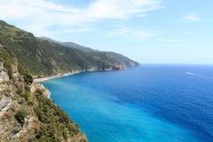 Δύσκολο ακτή και χωριό Manarola Cinque Terre και Μεσόγειος Στοκ Εικόνα
