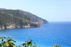 Δύσκολο ακτή και χωριό Manarola Cinque Terre και Μεσόγειος Στοκ Εικόνες