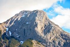 Δύσκολο βουνό και ένας μπλε ουρανός Στοκ Εικόνα
