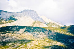 Δύσκολο βουνό με το άσπρο σύννεφο Στοκ Εικόνες