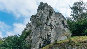 Δύσκολο βουνό στο υπόβαθρο του ουρανού και των δέντρων Στοκ εικόνα με δικαίωμα ελεύθερης χρήσης