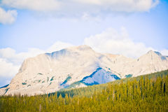 Δύσκολο βουνό Banff και ένας μπλε ουρανός Στοκ φωτογραφίες με δικαίωμα ελεύθερης χρήσης