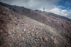 Δύσκολο καταφύγιο κλίσεων και βουνών στην κορυφή Στοκ εικόνες με δικαίωμα ελεύθερης χρήσης