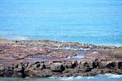 Δύσκολο νησί στον μπλε ωκεανό Στοκ φωτογραφία με δικαίωμα ελεύθερης χρήσης