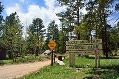 Δύσκολο σημάδι εισόδων πάρκων βουνών εθνικό μια ηλιόλουστη ημέρα στοκ εικόνες