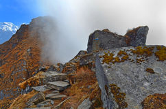 Δύσκολο τοπίο βουνών στο Ιμαλάια Σύννεφο στον τρόπο Νεπάλ, περιοχή Annapurna Στοκ Φωτογραφίες