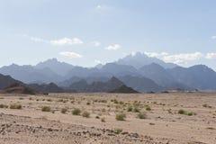 Δύσκολο τοπίο ερήμων με τα βουνά Στοκ εικόνα με δικαίωμα ελεύθερης χρήσης