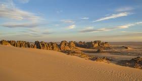 Δύσκολο τοπίο ερήμων Tassili Hoggar σε έναν νεφελώδη κασσίτερο Akachaker ηλιοβασιλέματος Στοκ Εικόνες