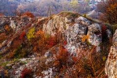 Δύσκολο τοπίο κατά τη διάρκεια του φθινοπώρου Όμορφο τοπίο με την πέτρα, το δάσος και την ομίχλη Misty που εξισώνει το τοπίο φθιν Στοκ Εικόνες
